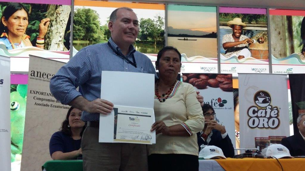 Andrew Hetzel, the head judge, recognizes the president of the indigenous women's group Kallary. Photo by CRS.